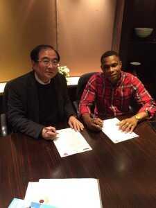 Félix Borja firmando su contrato con el South China